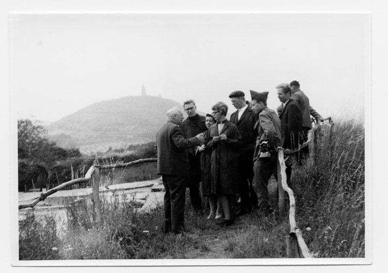 Paul Grimm zeigt Besuchern die Grabung